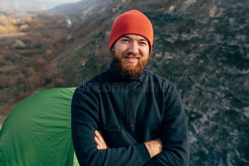 _Freien horizontal Porträt von glücklich Wanderer jung Mann in rot Hut, fühlen gut nach man wandern in Berg lizenzfreies stockbild