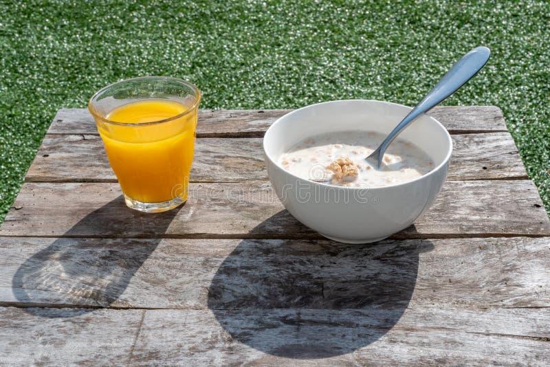 Freienfr?hst?ck mit Orangensaft und einer Sch?ssel Getreide und Milch stockbilder