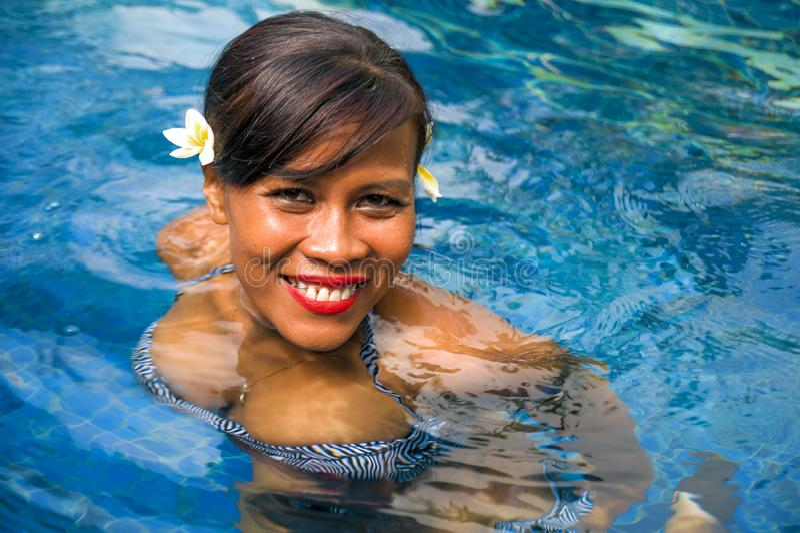 Freienlebensstilporträt mittlerer gealterter attraktiver und glücklicher asiatischer indonesischer Frau 40s oder 50s in radfahren lizenzfreie stockfotos