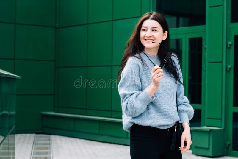 Freienporträt des schönen jungen brunette Mädchenlächelns Jugendlichhippie-Mädchen mit der Sonnenbrille, welche die modische Auss stockbild
