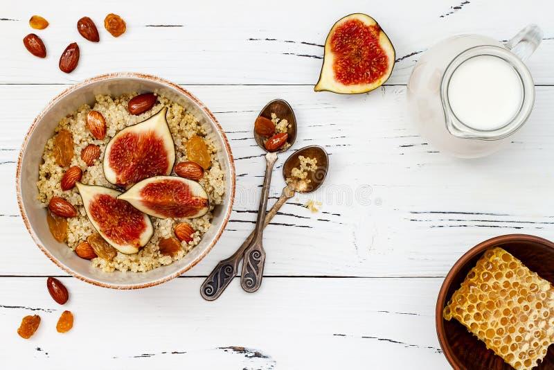 Freier Amarant des Glutens und Quinoabreifrühstück rollen mit Feigen, karamellisierten Mandeln, Rosinen und Honig über rustikaler lizenzfreie stockfotos