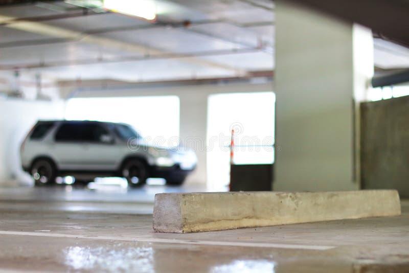 Freier Parkplatz und konkreter Radhalt lizenzfreie stockfotos