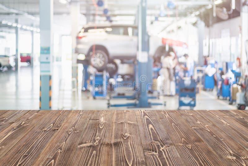 Freier Raum Brown-Holztischs und unscharfer Hintergrund der Autotechnologie stockbild