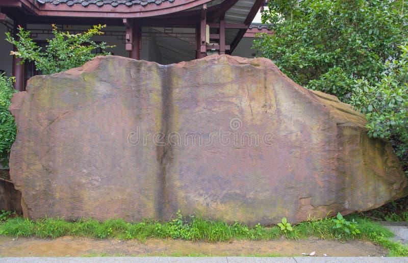 freier Raum der Steinanschlagtafel bereit zur neuen Anzeige an grünem PA stockfoto