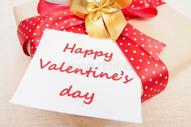 Freier Raum, Valentinsgruß, Grußkarte mit Geschenkbox, strickendes liebendes c stockfotos