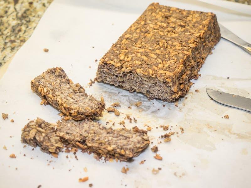 Freier Samen des Glutens und Nussbrot lizenzfreie stockbilder