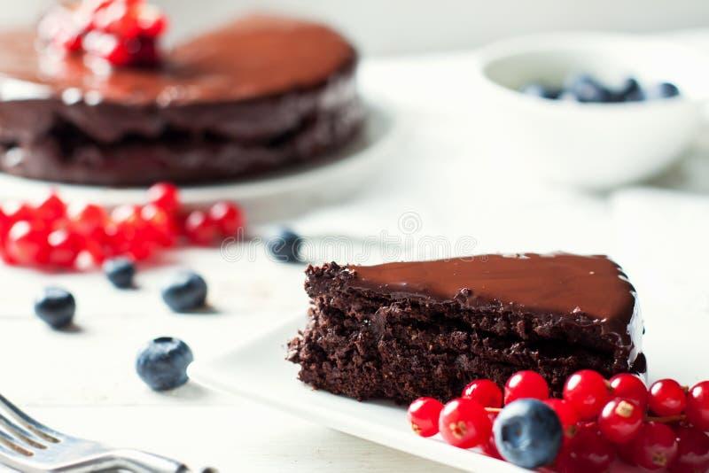 Freier Schokoladenkuchen des Glutens mit Beeren stockfoto