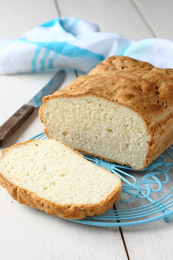 Freies Brot des selbst gemachten Glutens auf blauem Metallgitter lizenzfreies stockfoto