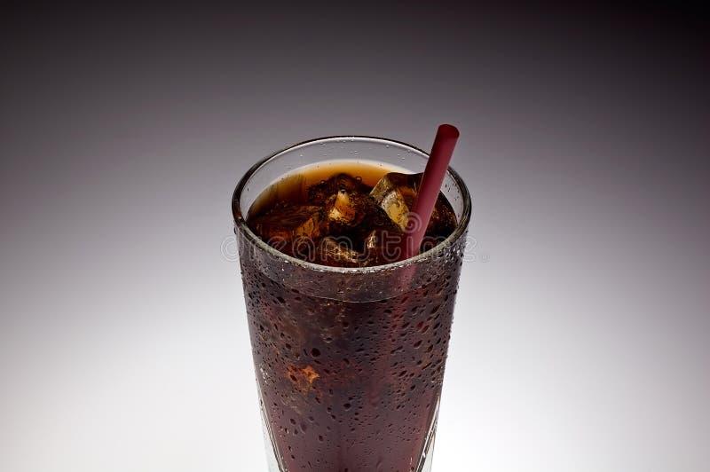 Freies Glas mit Eis und Soda mit rotem Stroh lizenzfreies stockbild