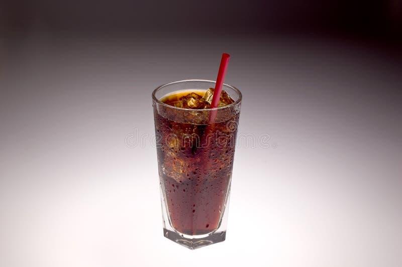 Freies Glas mit Eis und Soda mit rotem Stroh lizenzfreie stockfotos