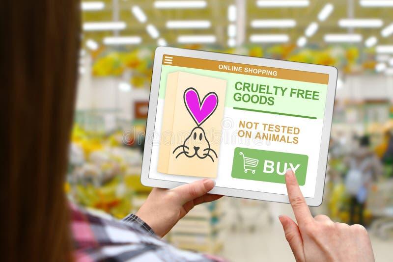 Freies Konzept der Grausamkeit, Mädchen hält die digitale Tablette auf unscharfem Shophintergrund lizenzfreie stockbilder