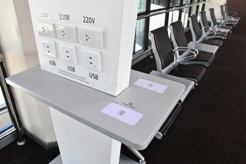 Freies Ladegerät im Transportanschluß, viele Arten Aufladung, USB, Radioapparat, Stecker stockfotos