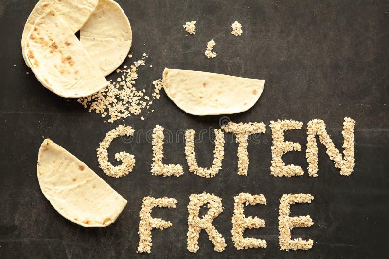 Freies Pittabrot des Glutens auf hölzernem Hintergrund lizenzfreie stockbilder