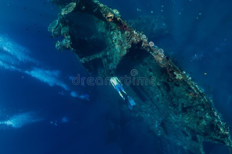 Freies Tauchermanntauchen am Schiffbruch, unter Wasser lizenzfreie stockfotos