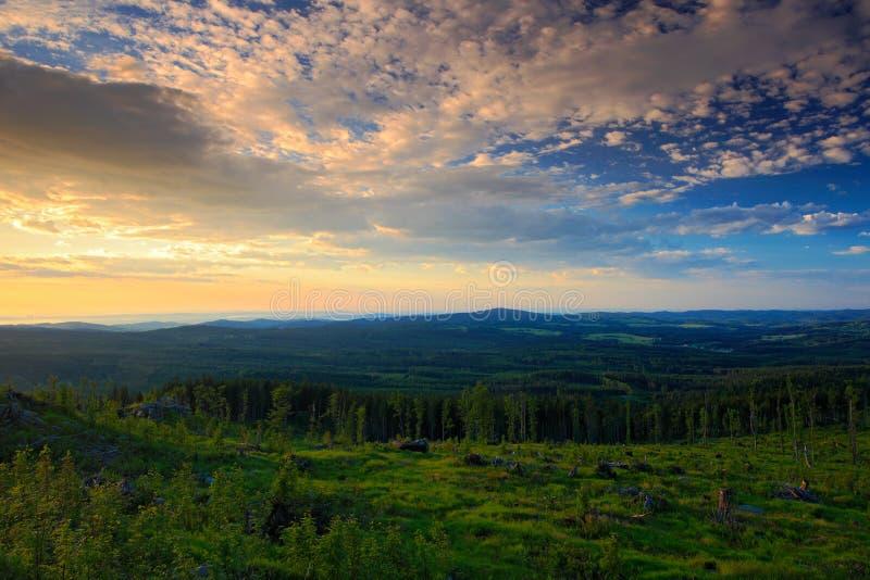 Freigebiger Morgensonnenaufgang im Sumava-Berg, hacken hinunter Wald auf dem Hügel, nette Wolken auf dem Himmel, Knizeci Stolec,  lizenzfreie stockbilder