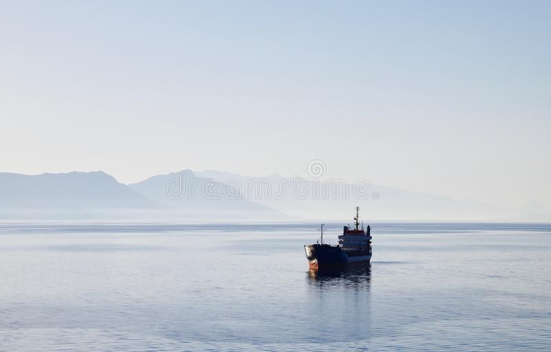 Freighter na śródziemnomorskim zdjęcia royalty free