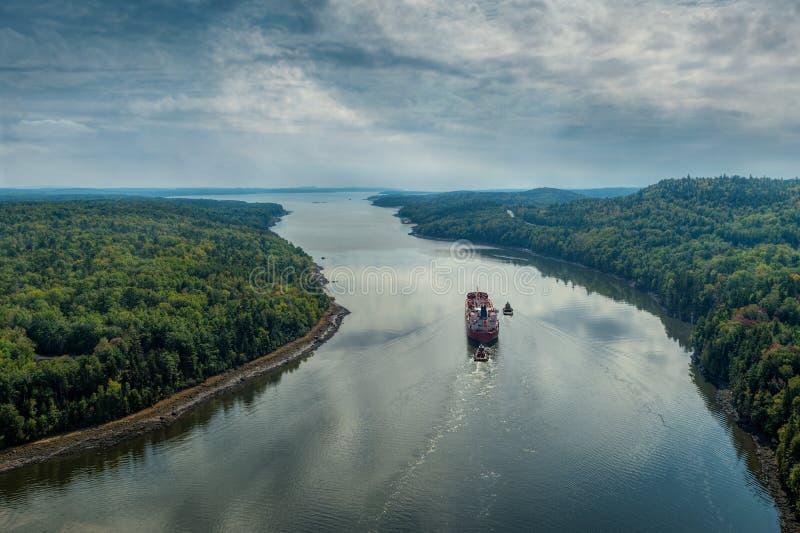 Freighter Robi sposobowi W górę Penobscot rzeki Atlantyk zdjęcia stock