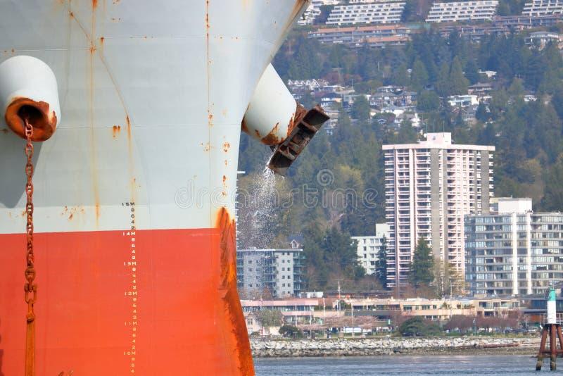 Freighter Za burtą rozładowanie fotografia stock