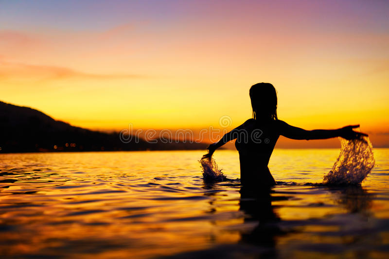 Freiheit, Genuss Frau im Meer am Sonnenuntergang Glück, gesundes L lizenzfreies stockfoto