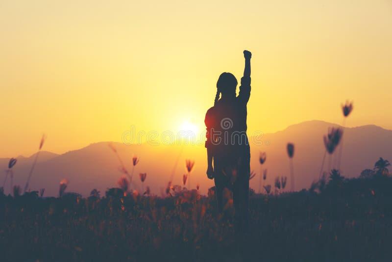 Freiheit und Erfolg - Frau glücklich an der Wiese Freies zujubelndes Mädchen lizenzfreie stockbilder