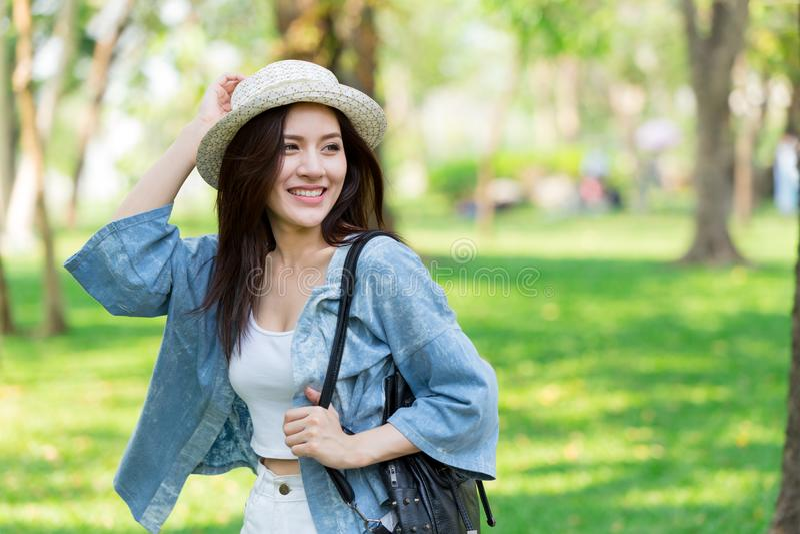 Freiheit und finden Konzept: Zufällige nette intelligente Asiatinnen, die in den Park gehen lizenzfreie stockfotos