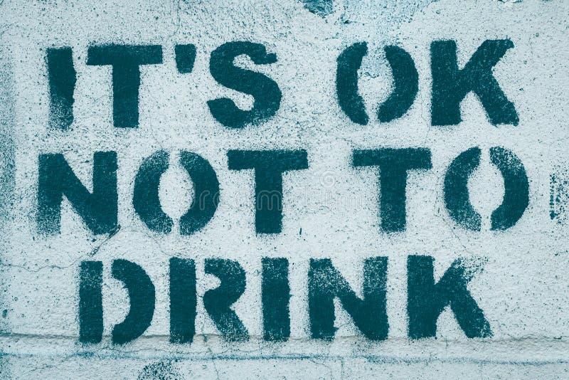 Freiheit vom Trinken Aufschrift von den grünen Blockschrift auf einer schäbigen Wand - es ist okay nicht zu trinken slogan Konzep lizenzfreie stockfotos