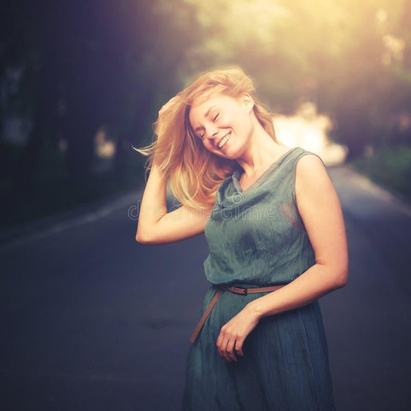 Freiheits-glückliches Frauen-Lachen stockfoto