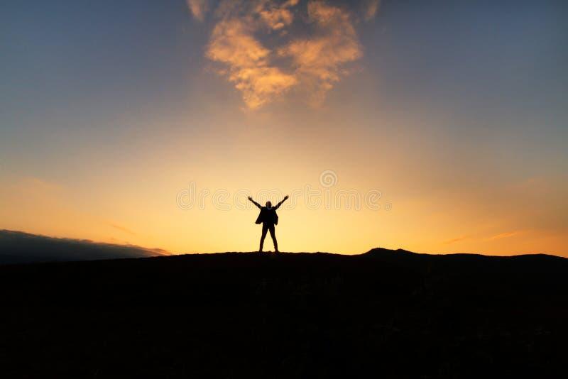 Freiheitsfrau, die Glück genießt lizenzfreie stockfotografie
