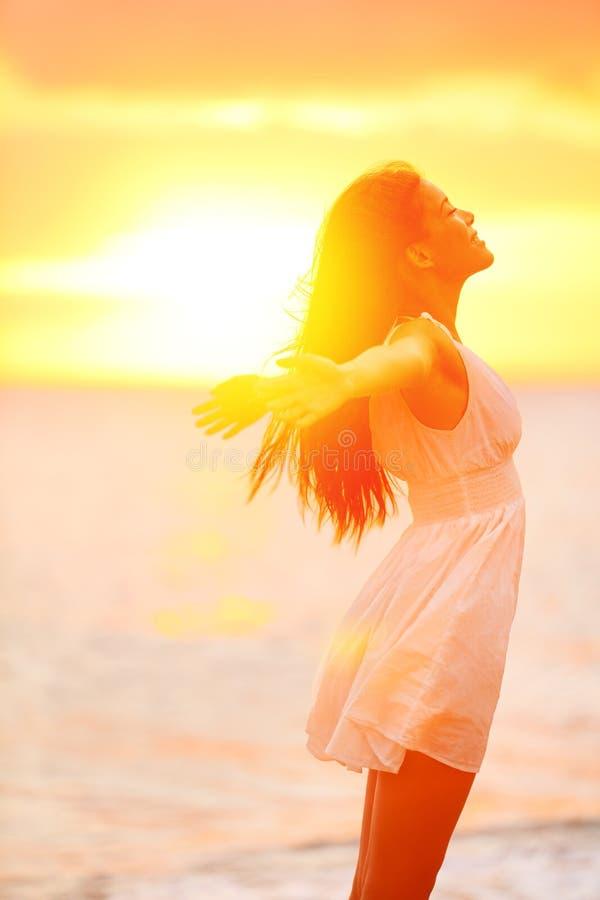 Freiheitsfrau, die am Strand glücklich frei sich fühlen genießt lizenzfreie stockfotografie
