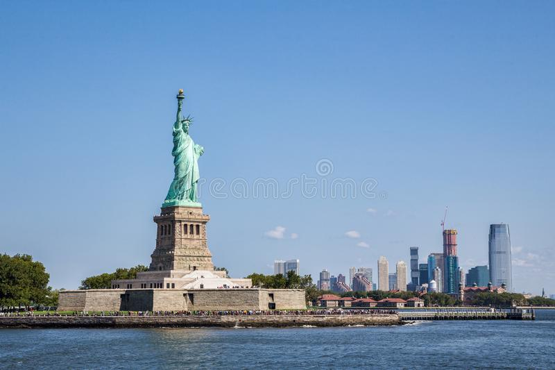 Freiheitsinsel mit Manhattan als bakground stockbild