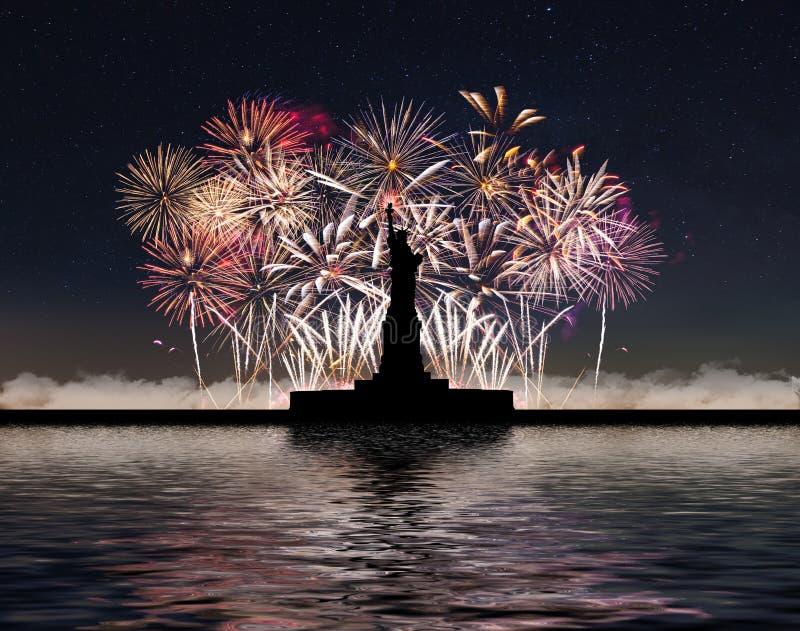 Freiheitsstatue auf dem Hintergrund von Feuerwerken und von sternenklarem Himmel lizenzfreies stockfoto