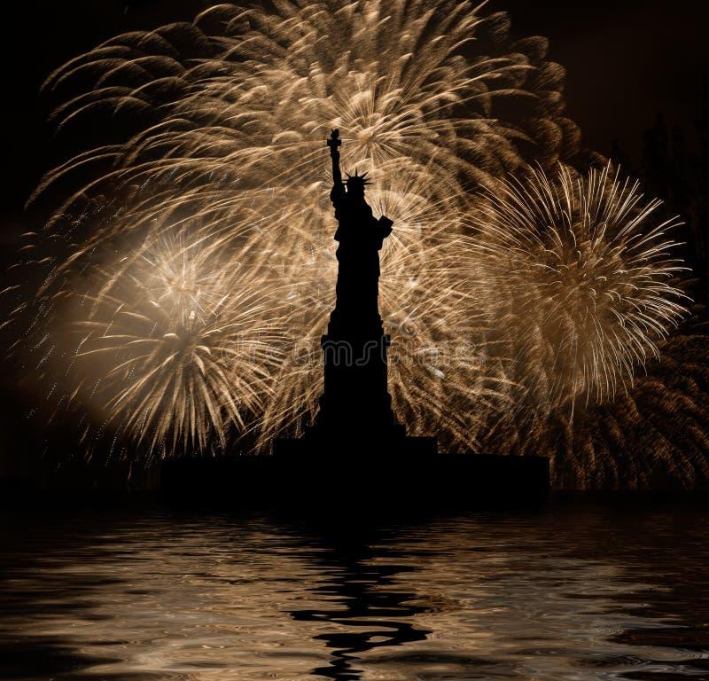 Freiheitsstatue auf dem Hintergrund von goldenen Feuerwerken lizenzfreie stockfotos