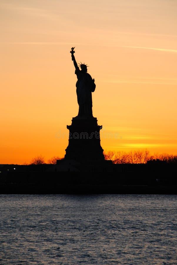 Freiheitsstatue, bei Sonnenuntergang stockbilder