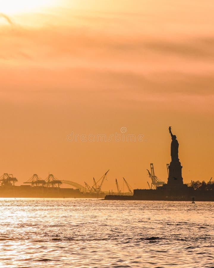 Freiheitsstatue bei Sonnenuntergang lizenzfreie stockbilder
