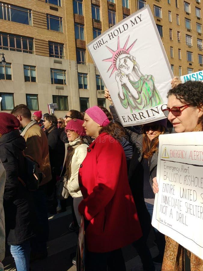 Freiheitsstatue, lustiges Zeichen, Frauen ` s März, NYC, NY, USA lizenzfreies stockbild