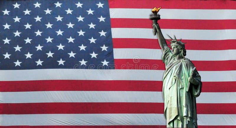 Freiheitsstatue mit amerikanischer Flagge lizenzfreies stockbild