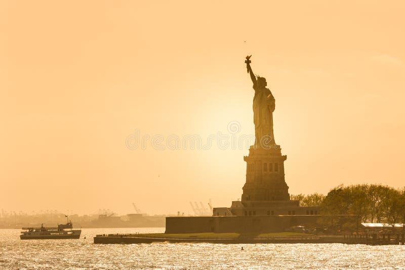 Freiheitsstatue Schattenbild im Sonnenuntergang, New York City, USA lizenzfreie stockfotografie