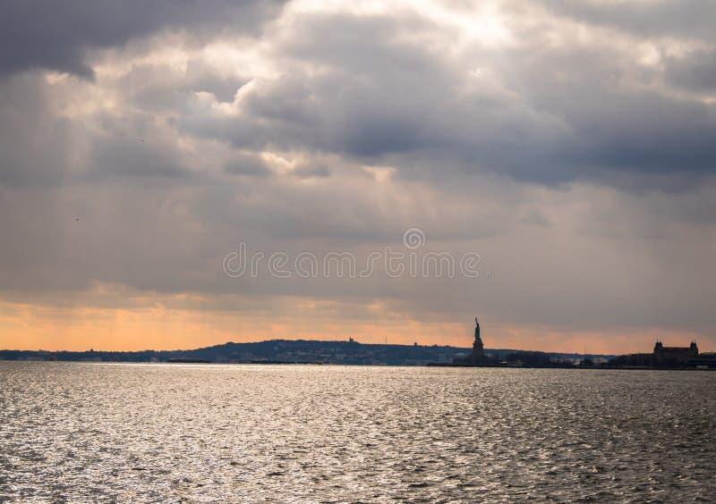 Freiheitsstatue Schattenbild und Liberty Island - New York, USA stockfotos