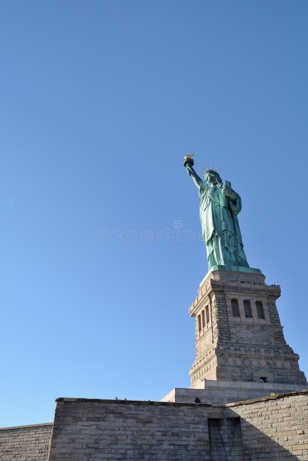 Freiheitsstatue Sonne gegenüberstellend stockfoto