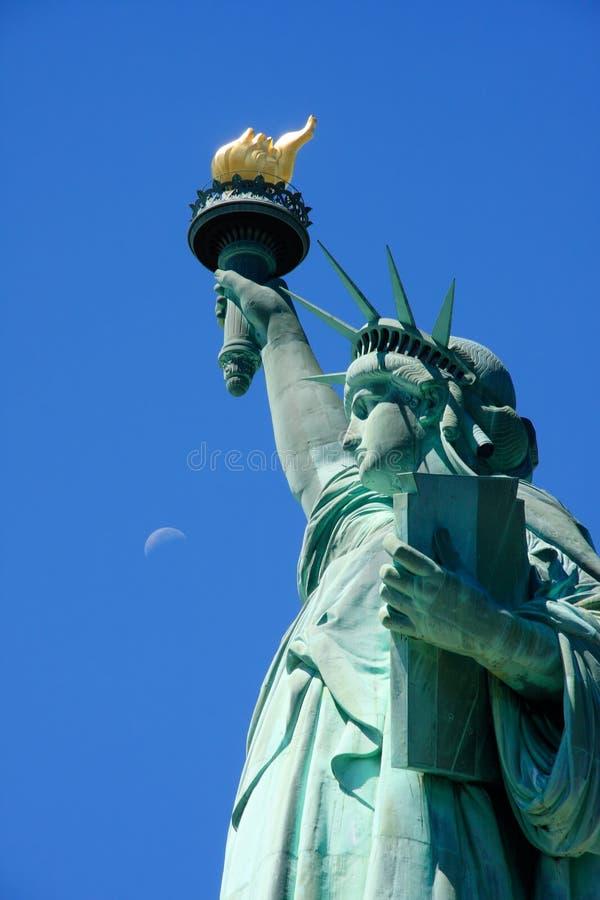 Freiheitsstatue und den Mond lizenzfreie stockfotos