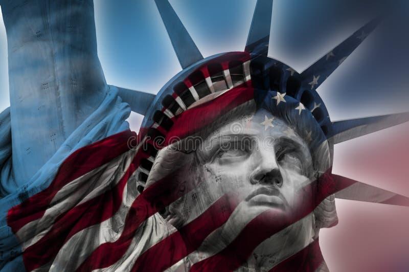 Freiheitsstatue und die amerikanische Flagge lizenzfreie stockfotografie