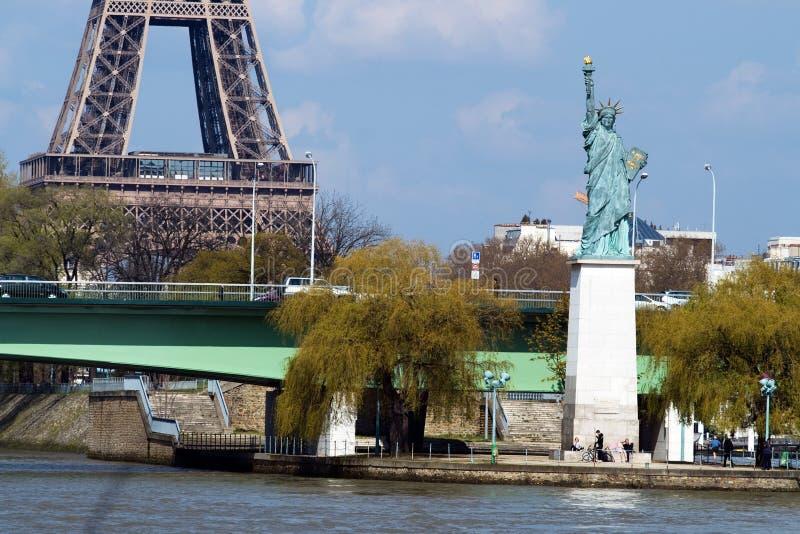 Freiheitsstatue und Eiffelturm in Paris stockbilder