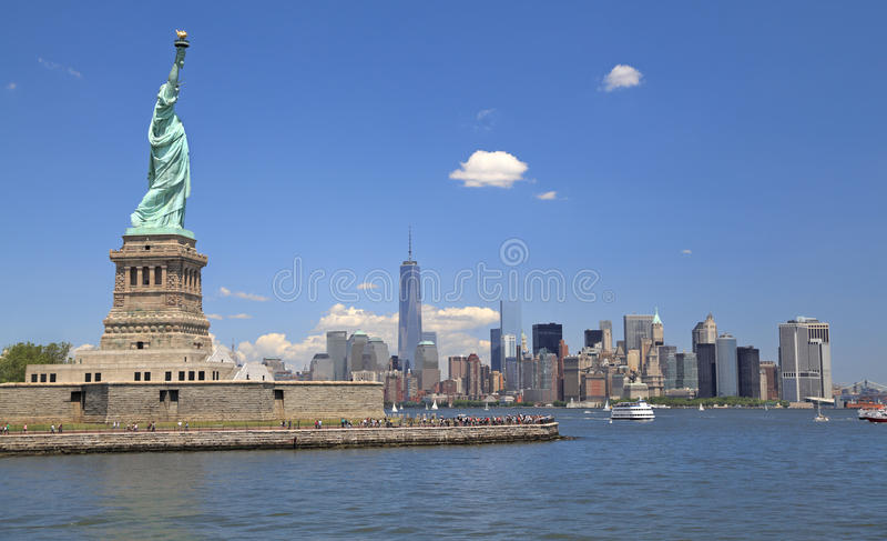 Freiheitsstatue und New- York Cityskyline, NY, USA lizenzfreies stockbild