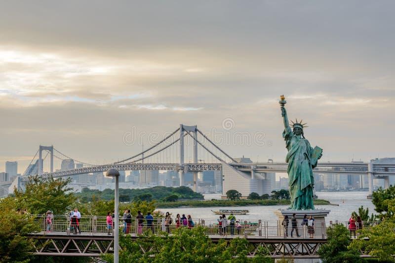 Freiheitsstatue und Regenbogen-Brücke in Odaiba, Tokyo lizenzfreie stockfotos