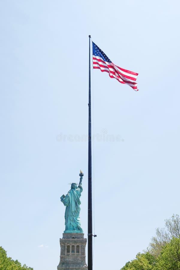 Freiheitsstatue und USA-Flagge, New York City, USA lizenzfreies stockbild