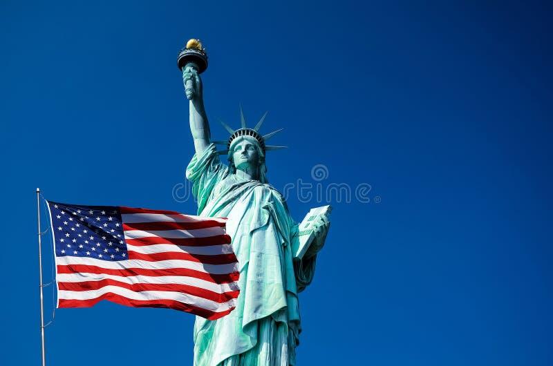 Freiheitsstatue und Vereinigter Staaten Flagge in New York City stockfotos