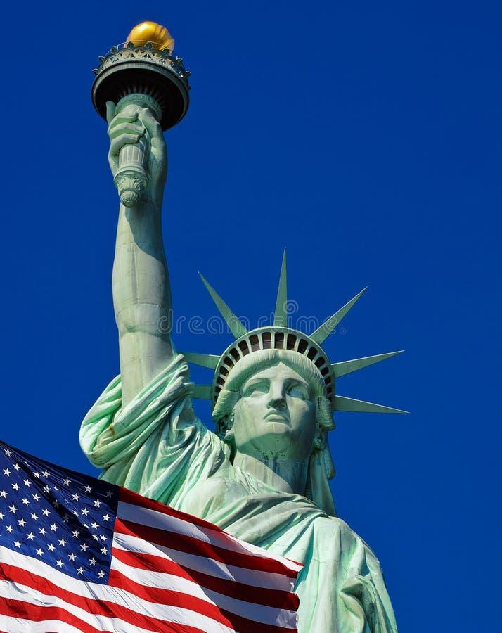 Freiheitsstatue und Vereinigter Staaten Flagge in New York City stockfoto