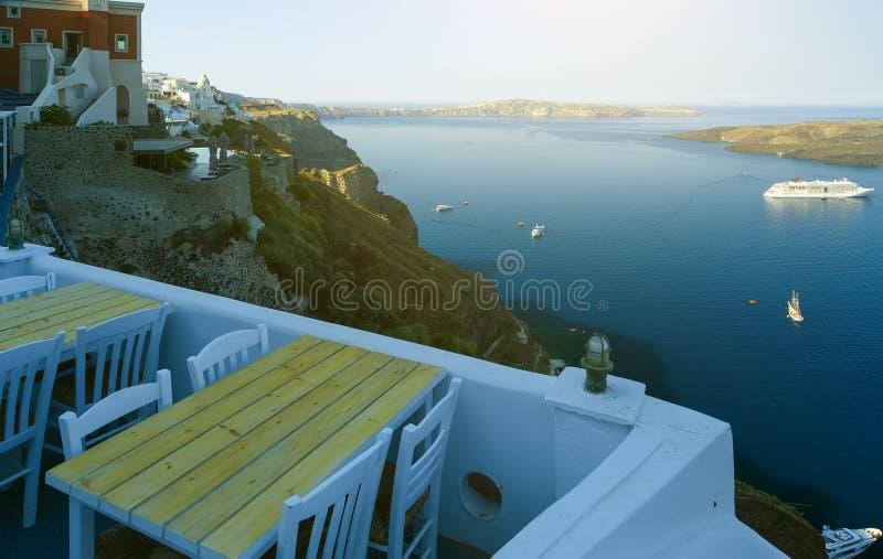Freilichtcafé mit schöner Ansicht früh morgens mit weichem Sonnenlicht in Santorini, Griechenland lizenzfreies stockfoto