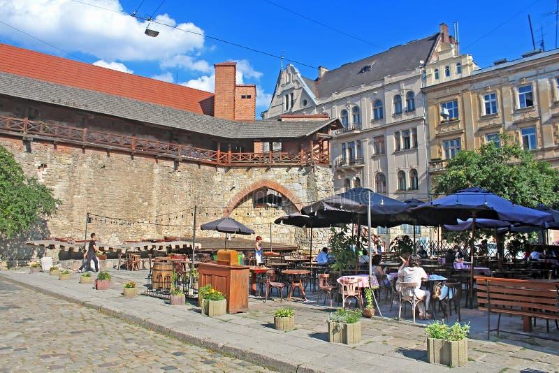 Freilichtrestaurant, gelegen nahe der Stadtmauer, Lemberg, Ukraine stockbilder