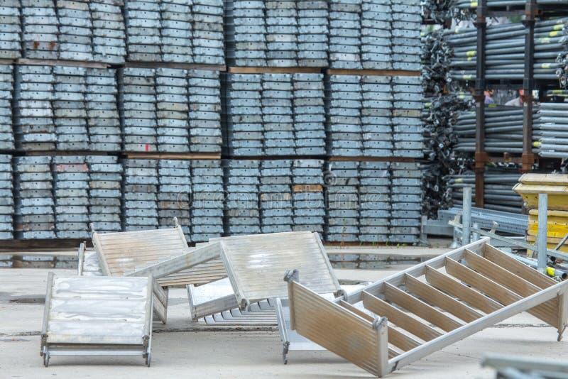 Freiluftlagerung von galvanisierten Stahl- und Aluminiumrahmen, von Leitern und von ringlock Baugerüstsystemen für viele Anwendun lizenzfreies stockfoto